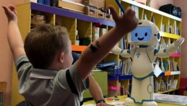 QTrobot teaching imitation to children with ASD (photo: LuxAI)
