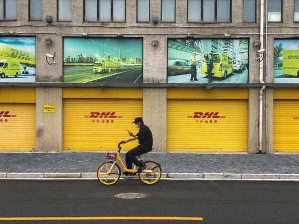 Deutsche Post DHL Group emploie environ 570.000 personnes dans plus de 220 pays et territoires, et vise une activité logistique zéro émission d'ici 2050 (photo: Nikita Rud, unsplash).